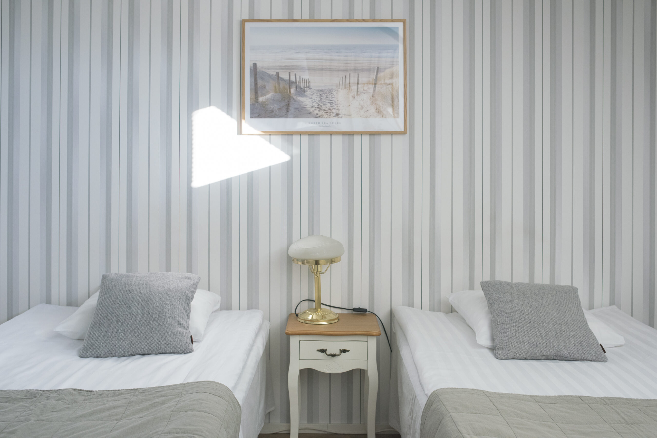 kahden hengen hotellihuone jossa erilliset pedit